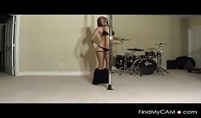 La jolie fille danse sur la pipe