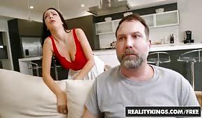 Le mec bouge la femme de son voisin