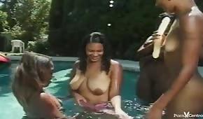 Ébène nue dans la piscine