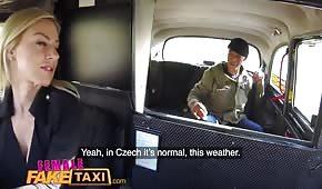 Sexe en taxi avec une blonde en silicone