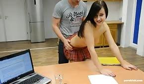 Sexe sur le bureau avec une petite brune