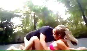 Sexe amateur sur le trampoline