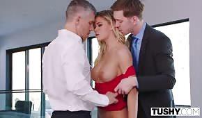 Les hommes riches avancent une star du porno