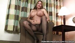 Gros seins lalu sur le fauteuil