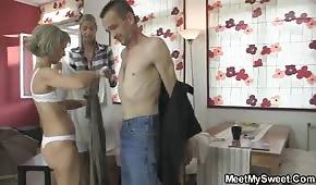 Papa joue avec sa mère et sa fille