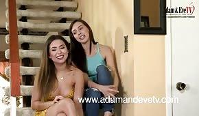 Jeu de lesbiennes dans les escaliers