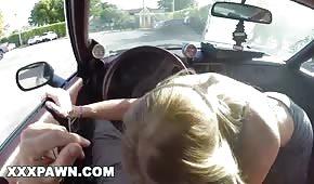 Une belle blonde tire une bite dans la voiture