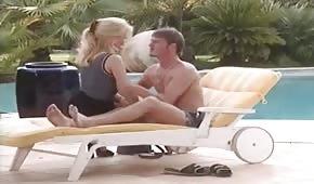 Sexe rétro sur une chaise longue avec Gina Wild