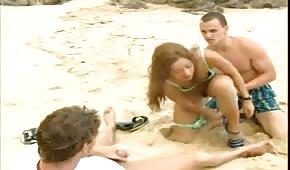 Gangbang sur la plage avec latin