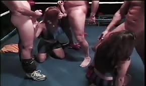 Des filles folles tirent des bites sur le ring