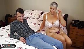 Le jeune homme baise avec sa grand-mère