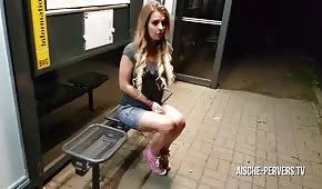 Sexe publique avec une poupée blonde