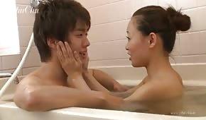 S'amuser avec la beauté orientale dans la baignoire
