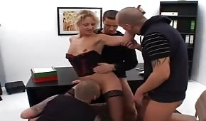 Sexe de groupe avec le patron au bureau