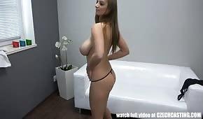 La femme aux gros seins se déshabille lors du casting
