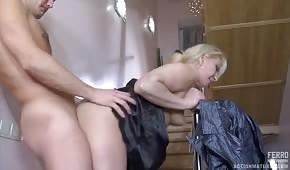 Sexe sur les escaliers avec une nuance mature