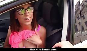 Elle a montré les seins dans la voiture