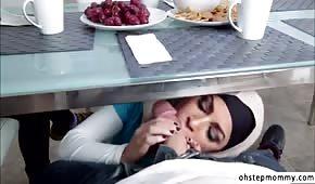 Arabska suczka ciągnie penisa pod stołem