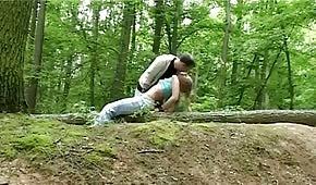Sexe dans les bois avec blonde coquine