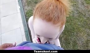 Seks w ogrodzie z rudą laseczką