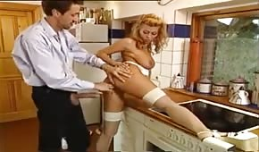 Zabiera się w kuchni za retro blondyneczkę