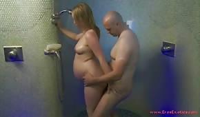 Il ferme la fille enceinte sous la douche