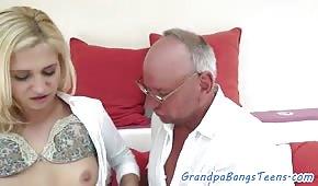 Le vieil homme baise une jeune blonde