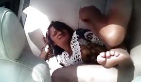 Pieds cool d'une dame baisée dans la voiture