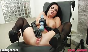 Brunette jouet sexe cul