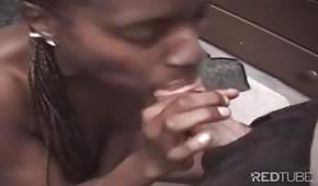La femme noire prend tout le pénis dans sa bouche