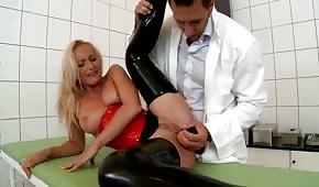 Doc joue avec le trou anal du patient