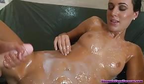 Des lesbiennes folles jouent avec le sperme