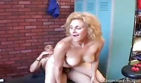 L'entraîneur a baisé une blonde mature
