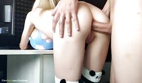 Sexe anal avec un poussin pâle sur le stand