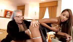 Papy baise une femme de chambre sexy
