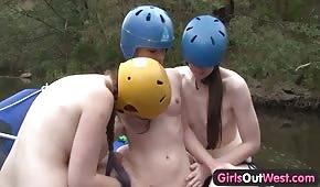 Trois lesbiennes s'amusent sur un kayak