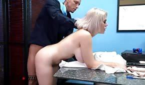 Un numéro au bureau avec un patron sexy