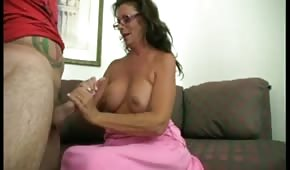 Maman en silicone masse la bite avec sa main
