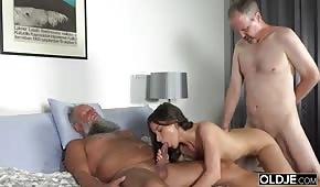 Les jeunes baisée dans deux trous par les papas