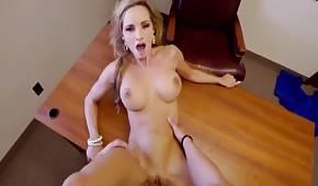 Un numéro sur un bureau avec une blonde aux gros seins
