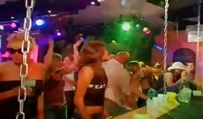 Sexe en groupe avec des fêtards au club