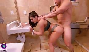 Un numéro dans les toilettes avec une fille chaude