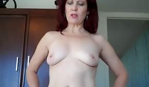 Maman rousse chevauche une bite