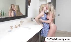 Maman prend sa petite fille dans la salle de bain