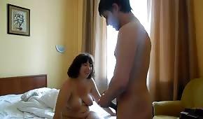 Il baise maman nue dans la chambre