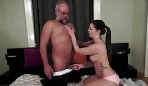 Papy a baisé une brune aux gros seins naturellement