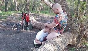 Jeu public au milieu des bois avec un poussin emo