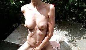 Fille nue se porte bien à l'extérieur