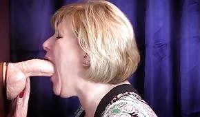 La dame mature s'étouffe avec une bite en caoutchouc