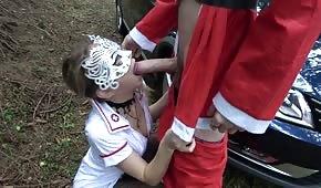 Jouez avec une infirmière au milieu de la forêt